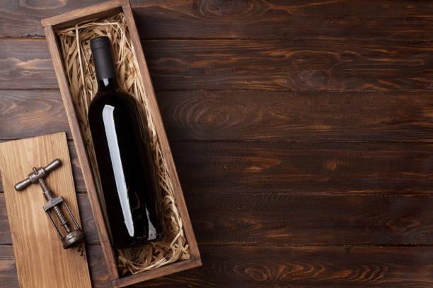 rött vin flaska i rutan - wine box bildbanksfoton och bilder