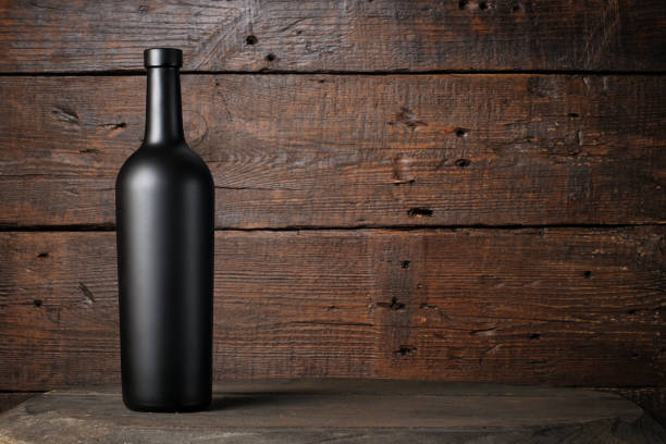 rotweinflasche auf holzhintergrund - mini weinflaschen stock-fotos und bilder