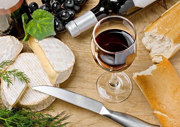 レッドワイン、ブリチーズ、パン、カマンベールチーズ - フランス料理 ストックフォトと画像