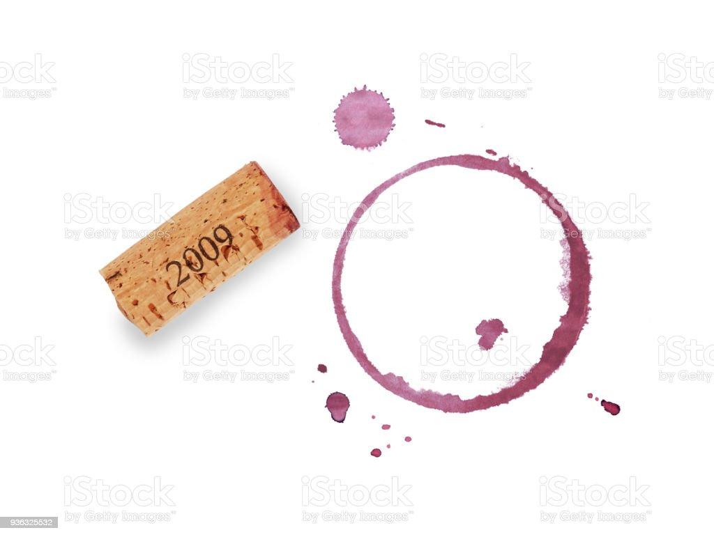 Rouge vin anneaux cork et tache isolés sur blanc - Photo