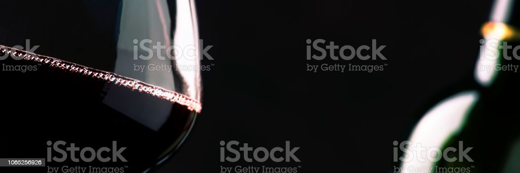 Red wine from grapes of pinot noir varieties poured into large wine glass - foto stock