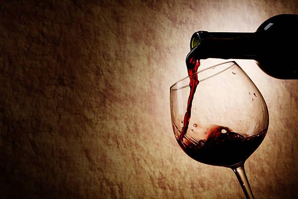 Rotwein Glas und Flasche auf einem alten Stein-Hintergrund – Foto