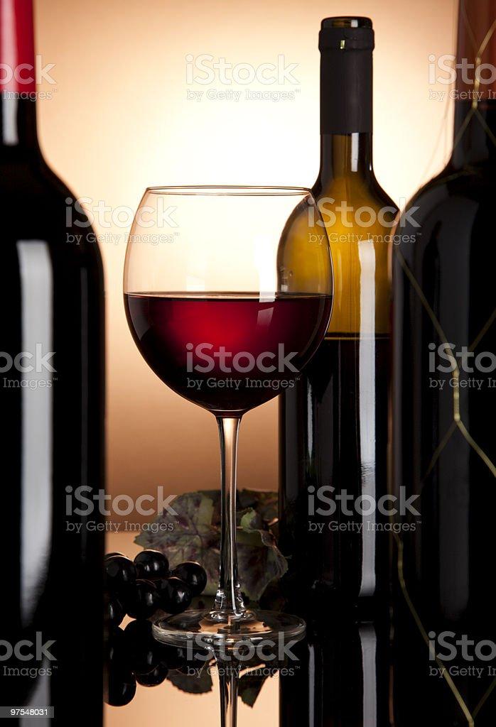 Verre et bouteille de vin rouge photo libre de droits
