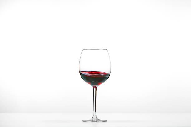 Rotweinglas auf weißem Hintergrund – Foto