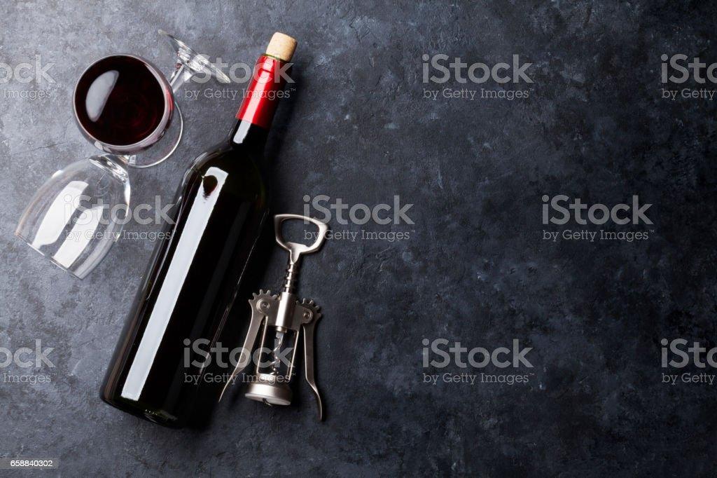 Bouteille et verres à vin rouges - Photo