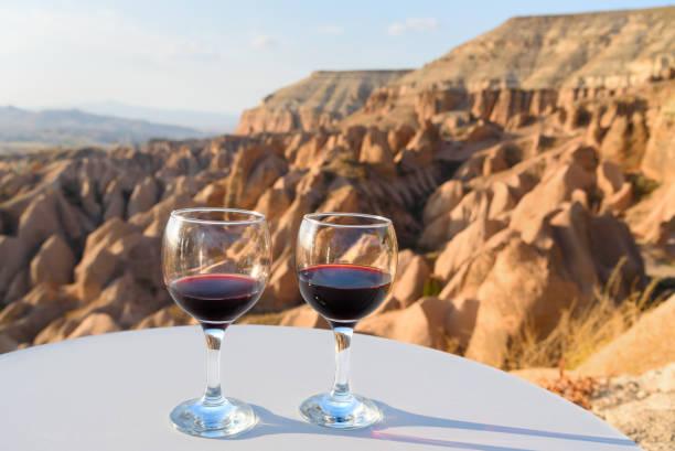 카파도키아에 레드 밸리 바탕에 레드 와인 안경. 터키 - 아나톨리아 뉴스 사진 이미지