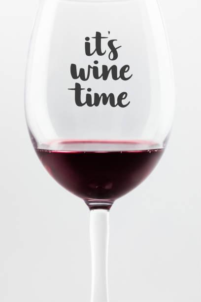 vin rouge dans un verre - imitant un animal photos et images de collection