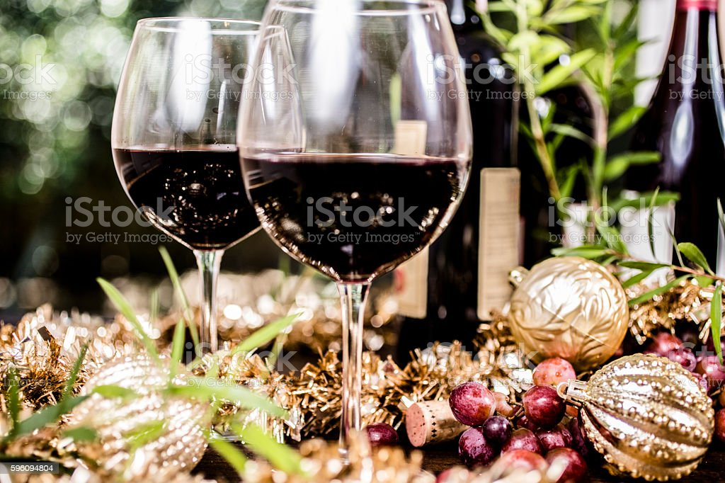 Red wine in glasses on outdoor dining table at Christmas. Lizenzfreies stock-foto