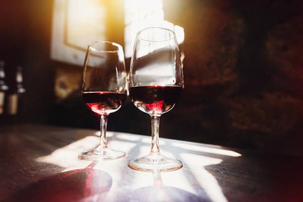 rotwein in gläsern, weindegustation konzept - französische land tisch stock-fotos und bilder