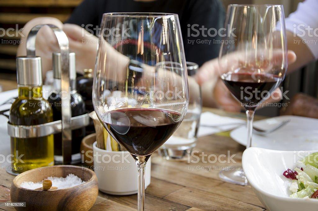 Vino tinto en la tabla - Foto de stock de Actividad de fin de semana libre de derechos