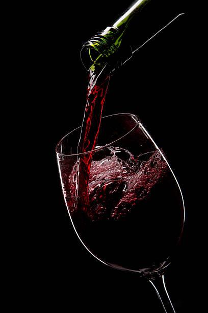 Rotwein in ein Glas gegossen – Foto