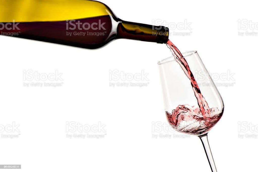 紅酒從瓶子倒入玻璃 - 免版稅一個物體圖庫照片