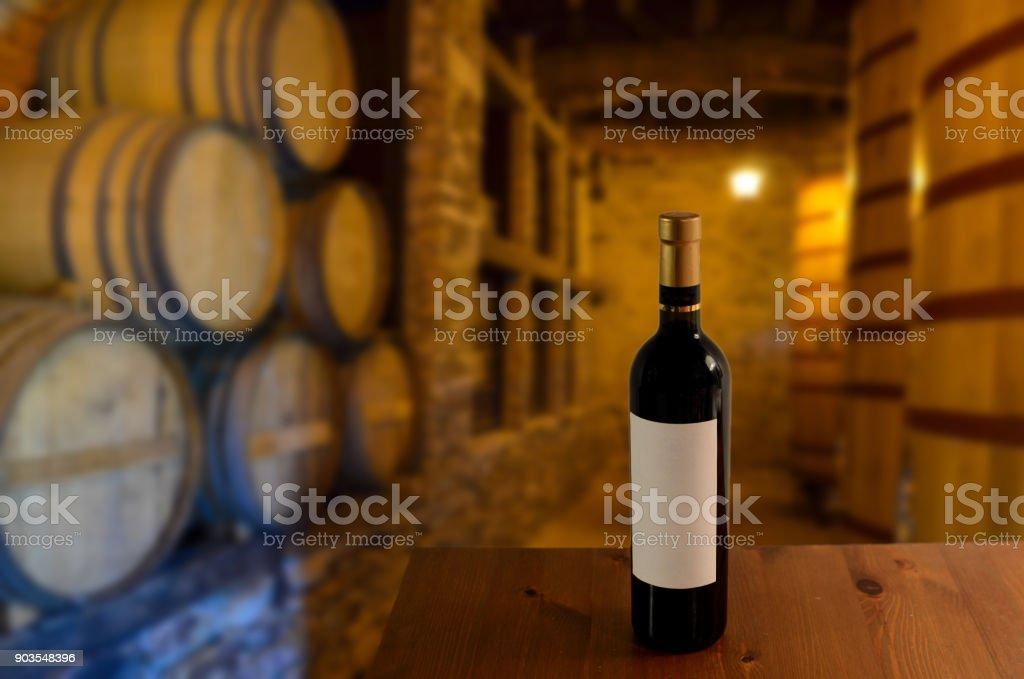 Roten Weinprobe in einem alten Weinkeller mit hölzernen Weinfässern in einem Weingut – Foto