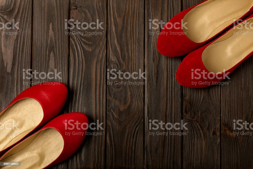 Red women's shoes (ballerinas) on wooden background. foto stock royalty-free