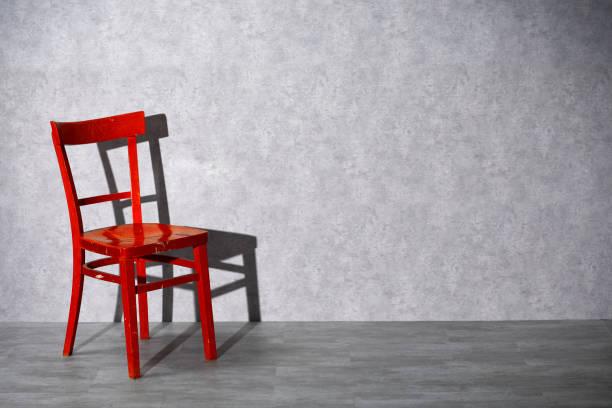 Roter Holzstuhl auf grauem Hintergrund – Foto