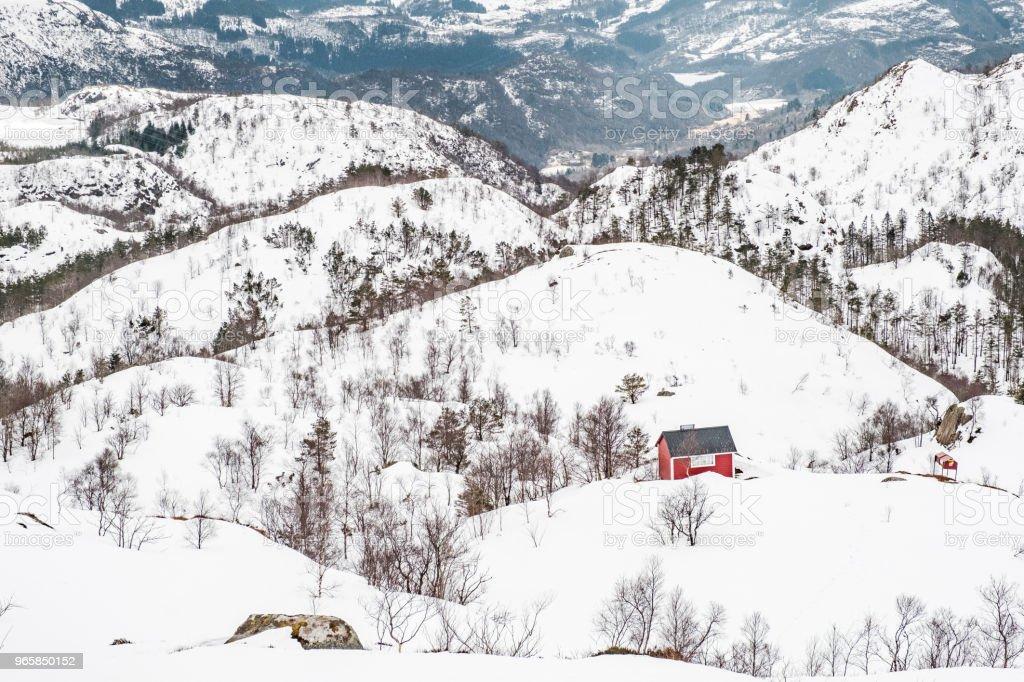 Rode houten huis in de bergen sneeuw - Royalty-free Berg Stockfoto