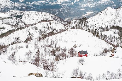 Rode Houten Huis In De Bergen Sneeuw Stockfoto en meer beelden van Berg