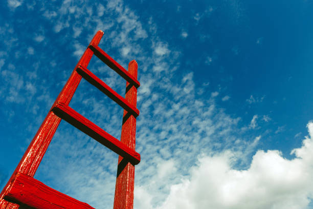 rode houten trap tegen de blauwe hemel. motivatie busines carrière hemel groei ontwikkelingsconcept - ladder stockfoto's en -beelden