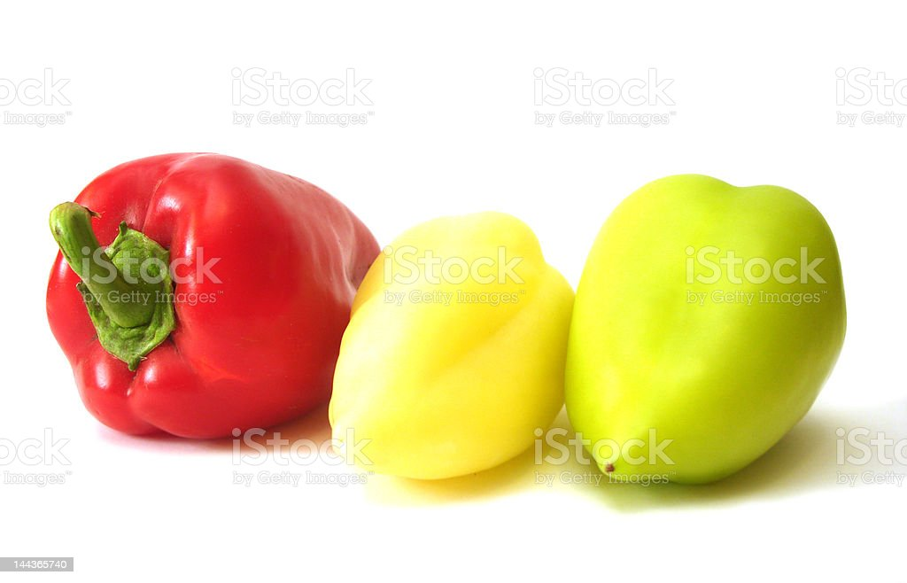 Vermelho, amarelo e verde sobre fundo branco Pimentos foto de stock royalty-free