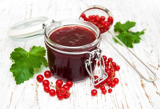 rote johannisbeeren marmelade - ribiselmarmelade stock-fotos und bilder