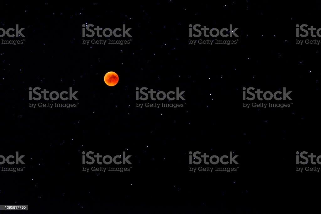 Roodachtige volle maan op totale Maansverduistering foto