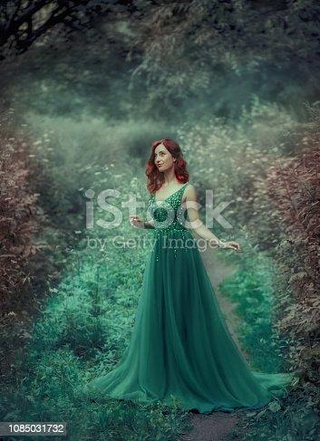 275531ff3 1085032090istock Chica pelirroja con un vestido verde