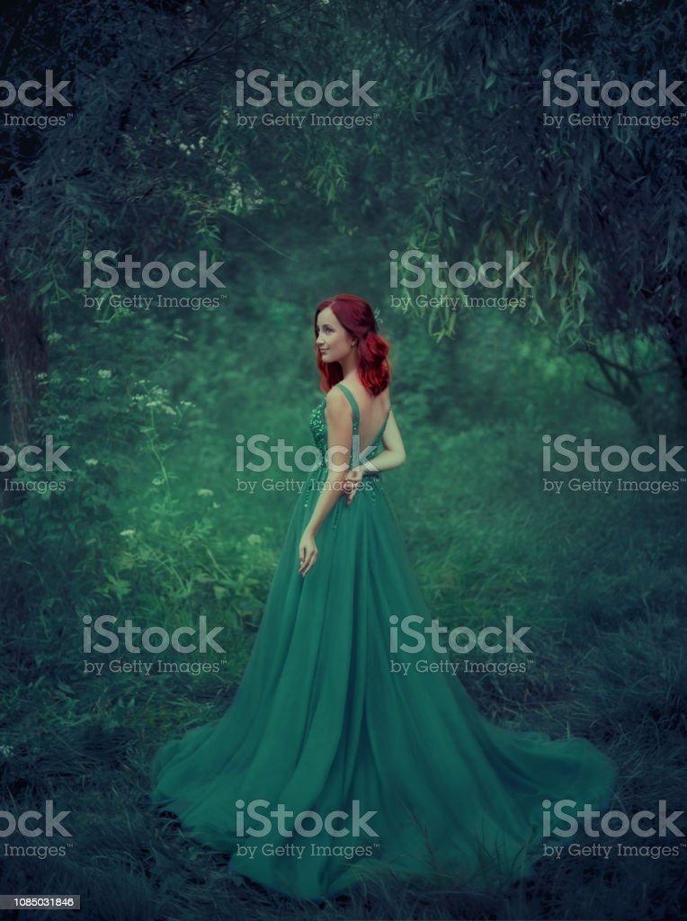Chica Pelirroja Con Un Vestido Verde Esmeralda Lujo En El