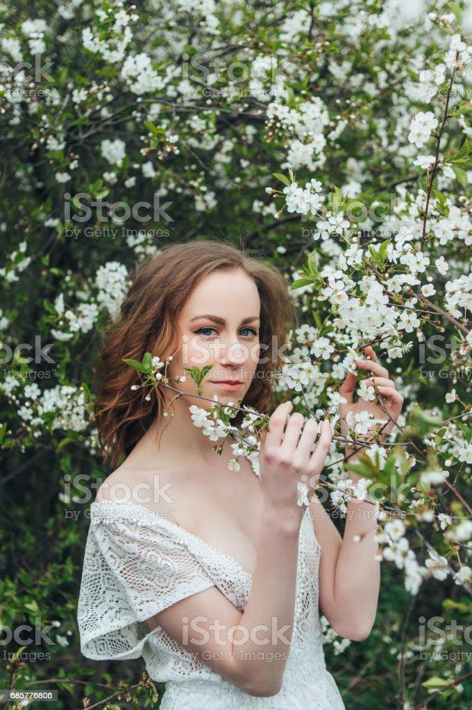 在櫻桃紅頭髮的女孩 免版稅 stock photo