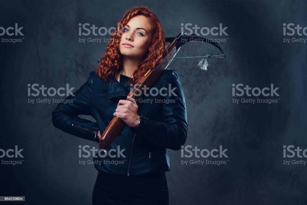 Femelle rousse détient arbalète. - Photo