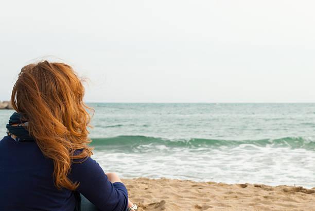 Rotes Haar Mädchen auf dem Barcelona Sand Strand – Foto