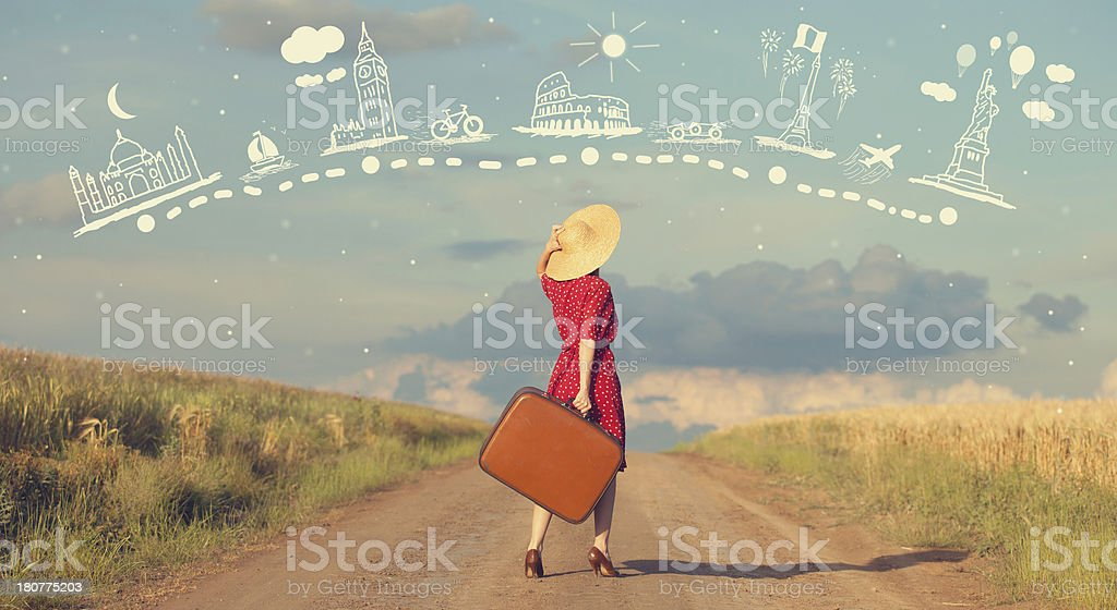赤毛の女性屋外で、スーツケースます。 - 1人のロイヤリティフリーストックフォト