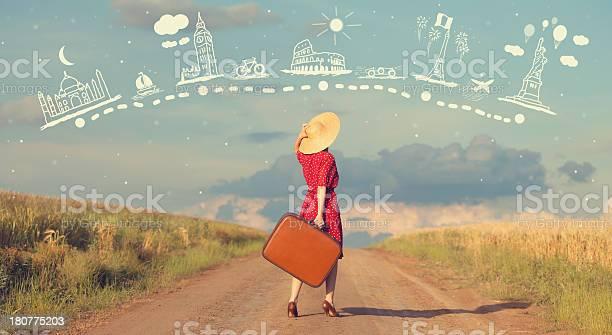 赤毛の女性屋外でスーツケースます - 1人のストックフォトや画像を多数ご用意