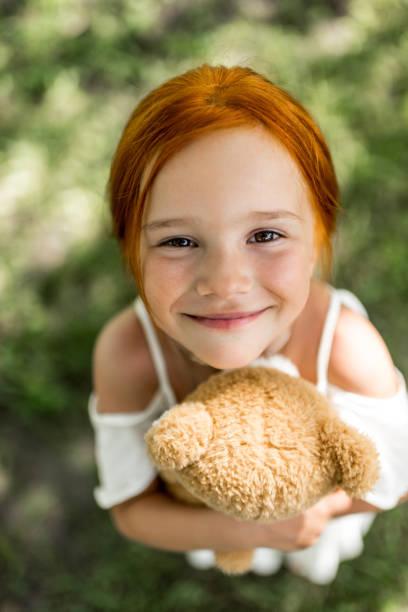 fille rousse avec ours en peluche - Photo