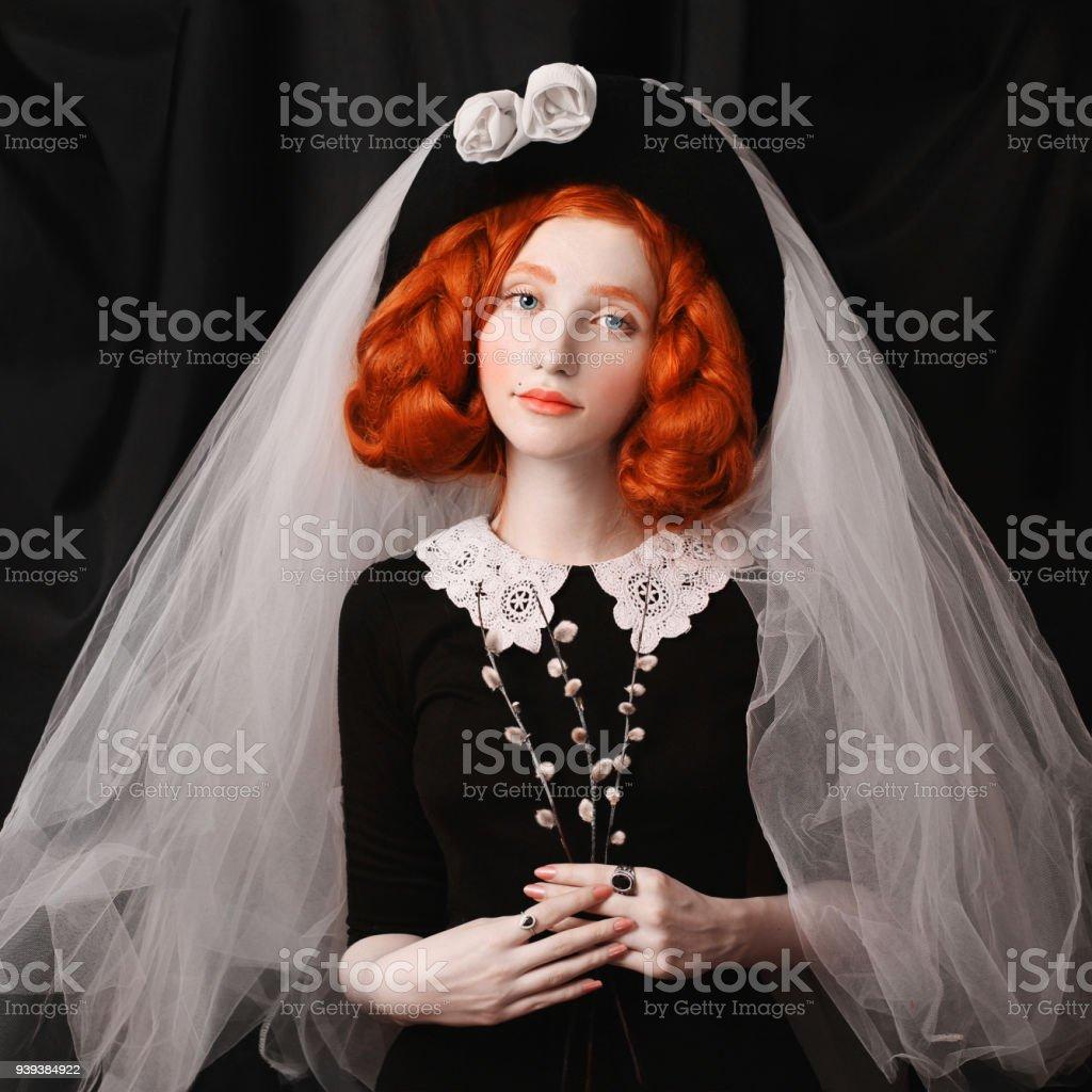 33bc6d96d9b40d Roodharige Victoriaanse vrouw met lange vlechten met een ongewone  verschijning in een zwarte jurk met een