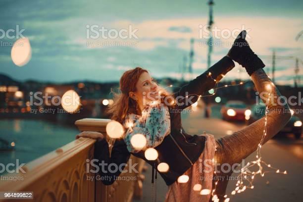 紅頭髮的女人與花環仙女燈做瑜伽復古風格 照片檔及更多 一個人 照片