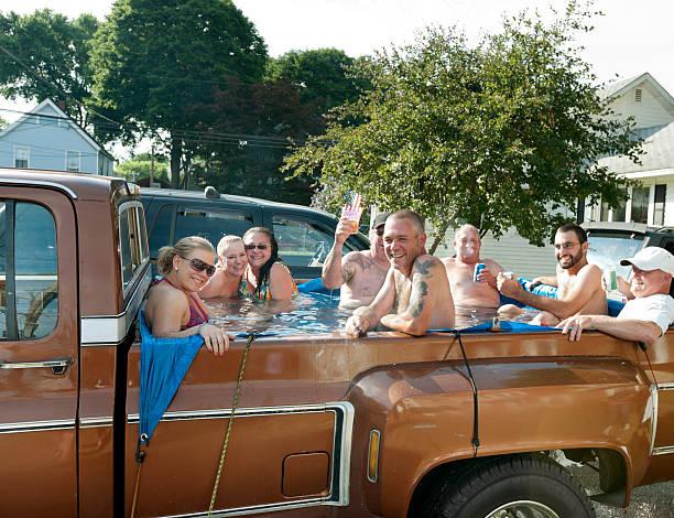 Redneck Jacuzzi, 8 personas Fiesta en la parte trasera de la camioneta - foto de stock