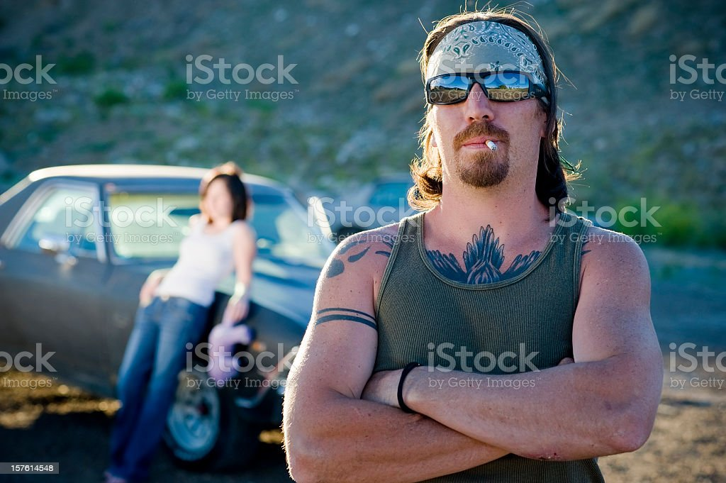 246bbd805 Redneck de fumar cigarro com a namorada Inclinar-se no Carro foto de stock  royalty