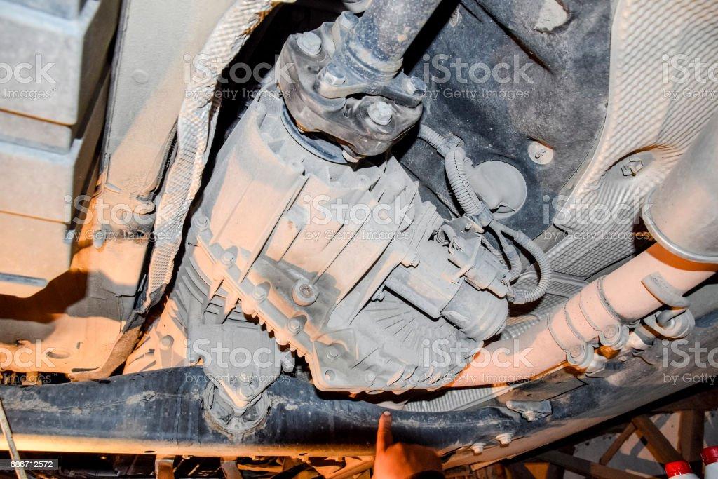 Verloopstuk van toezending van het koppel aan de achteras van de auto. Autoservice foto