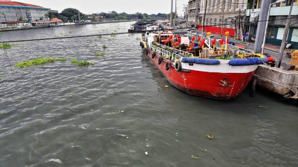 Rot-weiß lackiert mit Anker lichten Schiff festgemacht. Pasig River, Manila, Philippinen-0984 – Foto