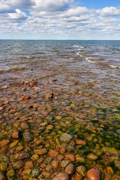 riffe mit wellen rollen in richtung der felsigen strand - roll tide stock-fotos und bilder