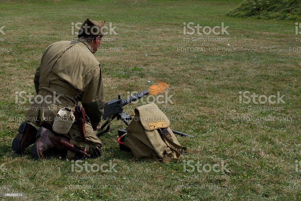 Re-enactor testen einen zweiten Weltkrieg Waffe im Fort George Park – Foto