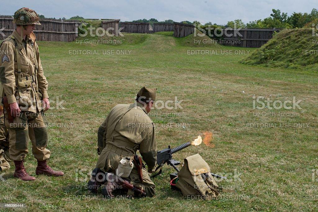 Re-enactors testen einen zweiten Weltkrieg Waffe im Fort George Park – Foto