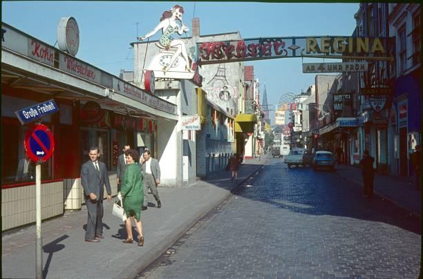 reeperbahn, hamburg, 1962 - hotel stadt hamburg stock-fotos und bilder