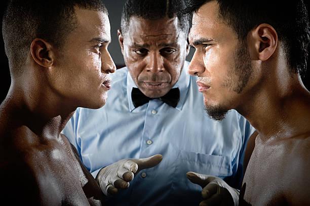 Árbitro y boxers cara a cara - foto de stock
