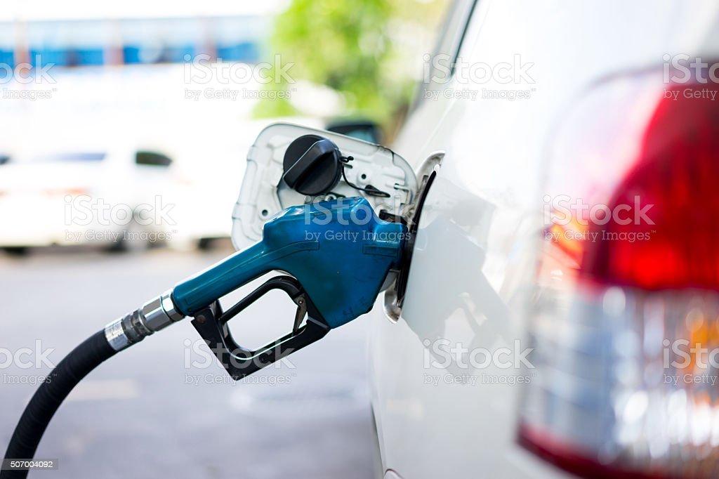 Auffüllen Treibstoff für ein Auto an Tankstelle – Foto