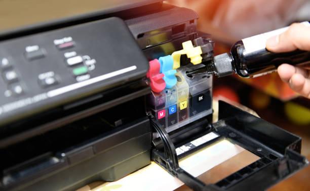 nachfüllen tintenbehälter drucker im büro - close up druckerpatrone tintenstrahl der farbe schwarz cmyk und reparatur beheben das problemkonzept, selektiver fokus - munition nachfüllen stock-fotos und bilder