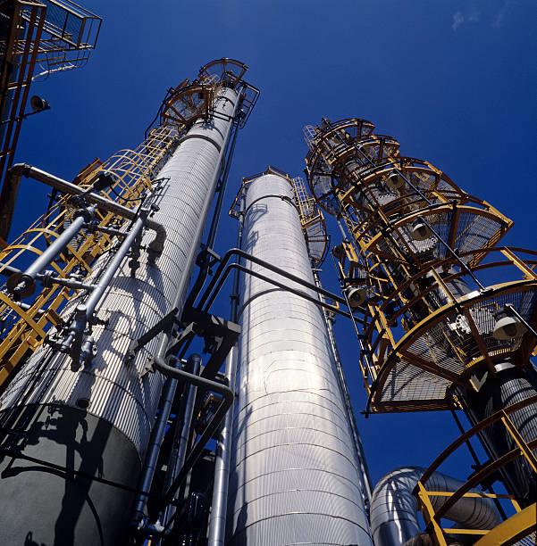 raffinerie schornsteine - destillationsturm stock-fotos und bilder