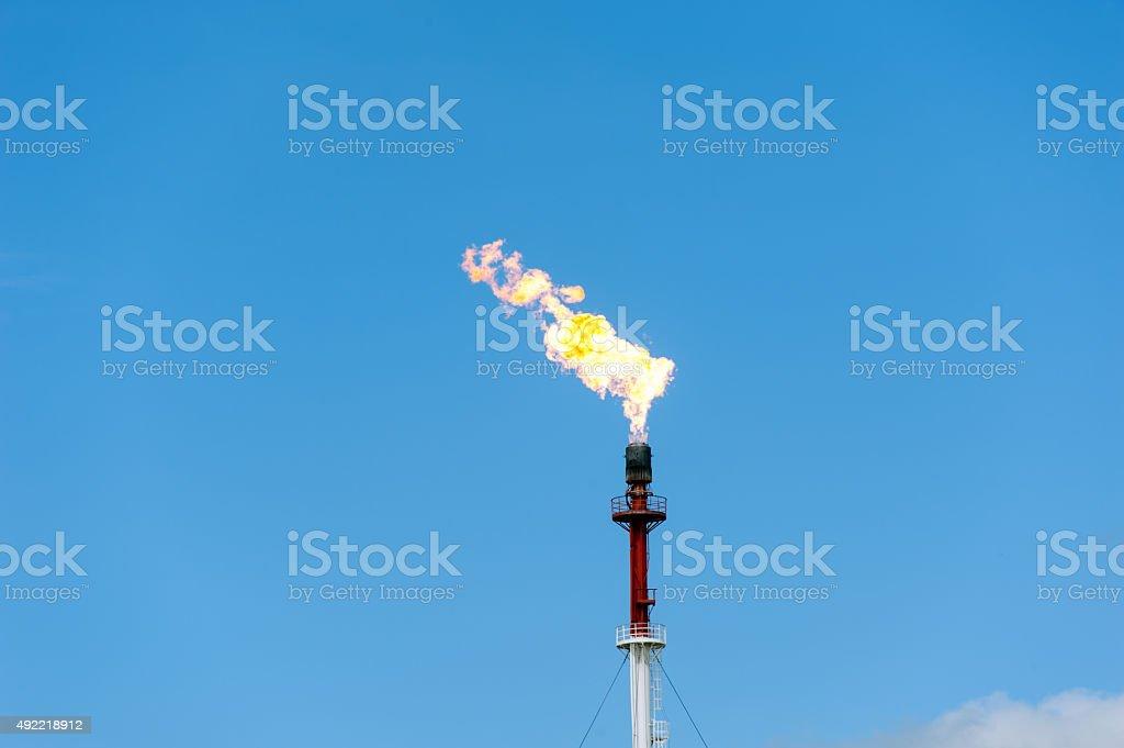 Refinería de gas de fuego linterna. - foto de stock