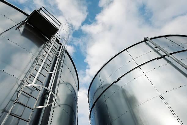Refinería de escalera y tanques - foto de stock