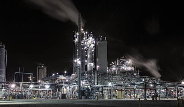 refinery or chemical plant distillation towers - destillationsturm stock-fotos und bilder